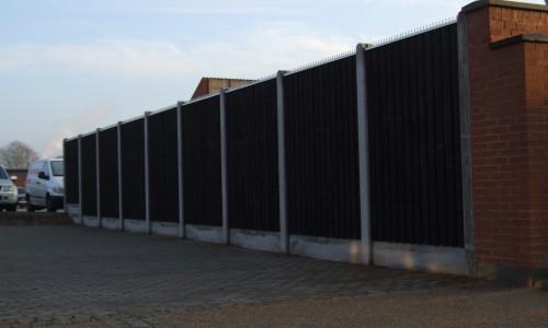 Her ses et sort plankeværk fra havehegn.dk med betonstolper.