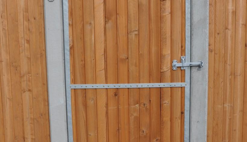 Galvaniseret stalddørs ramme monteret med lægter i pine farve