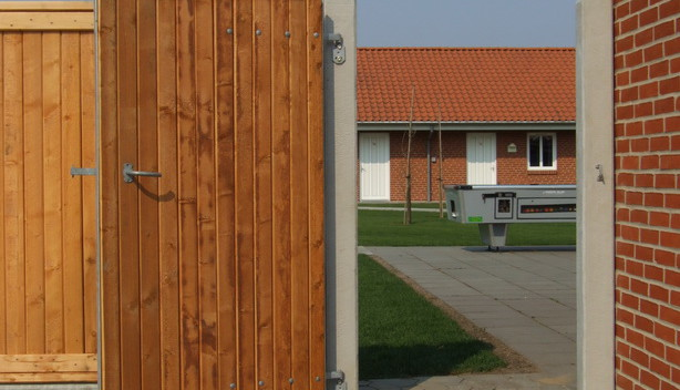 Beklædt med Lægtehegn Pine farvet, 13x13cm betonstolper.
