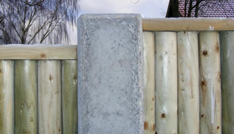 hegnsstolpe i beton støbt med flad top