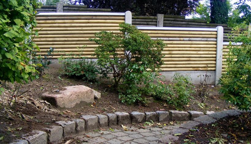 hegn langs sti i en have ved Give
