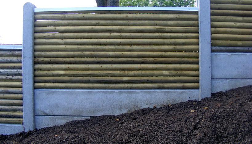 to beton bundplader oven på hinanden i et hegn.