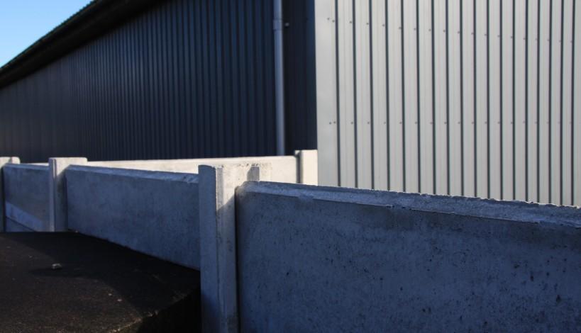Her ses en mink hegnsstolpe med fladtop. samt en montering af pladerne i et galvaniseret vægbeslag