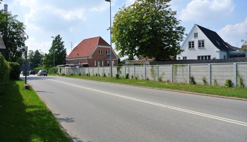 Lydtæt hegn mod en trafikeret vej i Herning