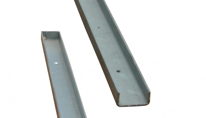 Her ses en galvaniseret vægskinne som er åben i den ene ende og lukket i den anden ende