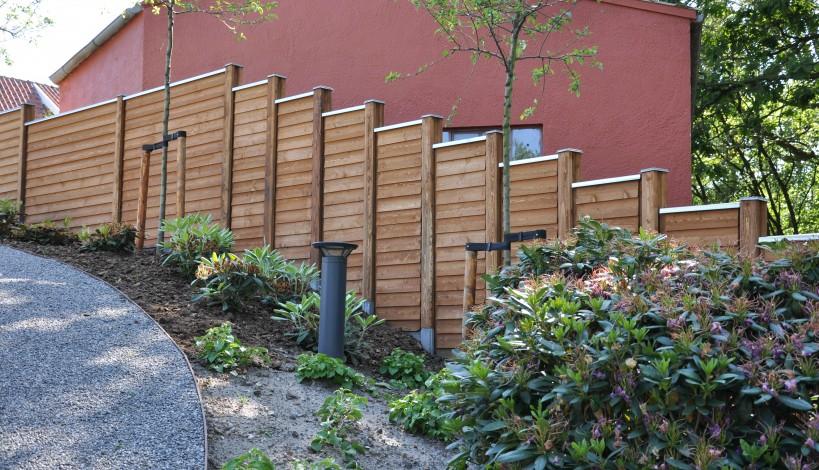 Her vises et hegn med kombinationsstolper. Hegnet trappes da der er stor stigning mod vej.