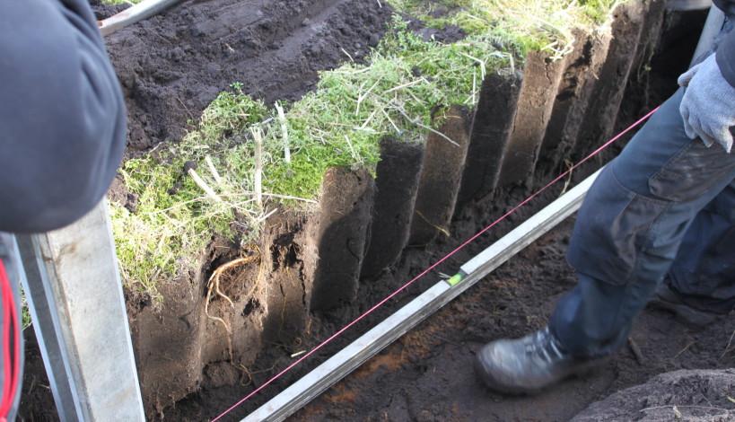 Her monteres minkhegnet i en 50 cm dyb grøft, hvori der bores ø 20 cm huller på 40 cm dybde til montering af hegnsstolper