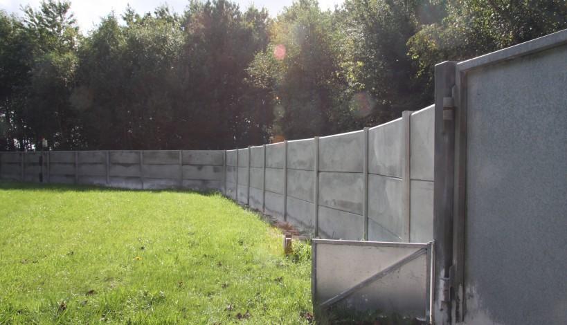 her ses en minkfarm med et nyt flot hegn i beton.