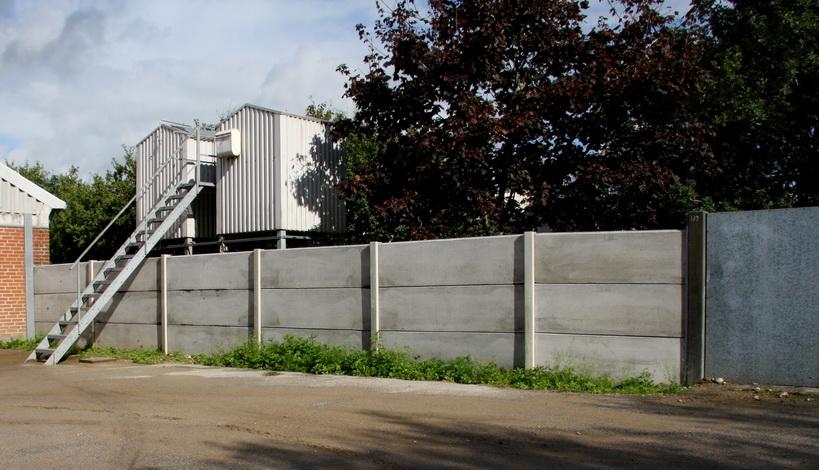 Her ses et hegn der er fremstillet til at holde mink inde, det er desuden gravet 50cm ned i jorden.
