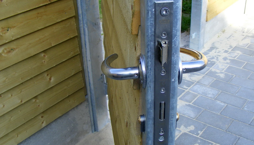 Ruko greb og rocetter monteret på en dør fra havehegn.dk