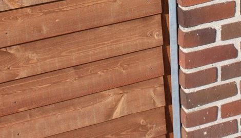 Her er benyttet et vægbeslag i galvaniseret stål til nem montering ved husmur.