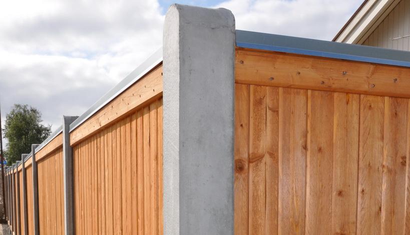 Lægtehegn Pinefarvet med en 90 graders hjørnestolpe i beton