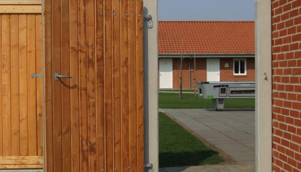 Beklædt med Lægtehegn Pinefarvet, 13x13 cm betonstolper.
