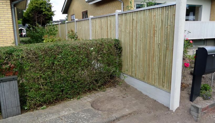 plankeværk placeret i skel imellem naboer med galvaniseret afdækning