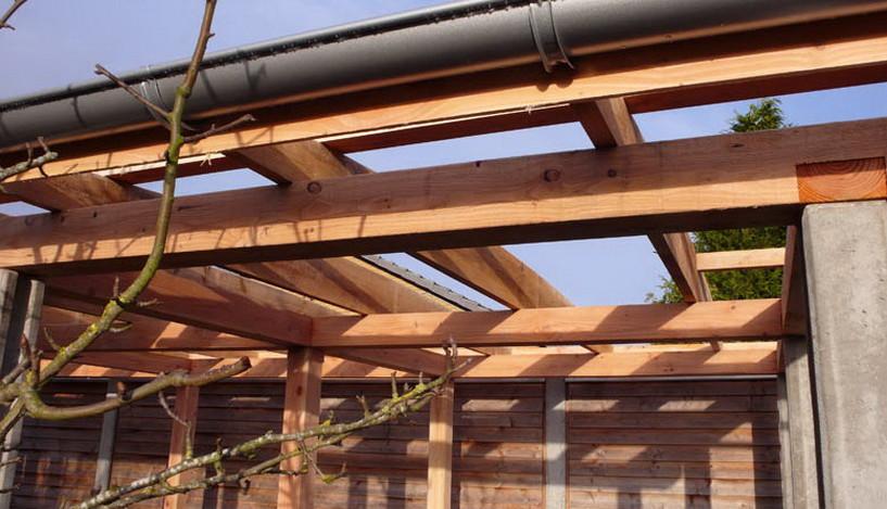 Trækonstruktion oven på betonstolper, der er lavet specielt til formålet.