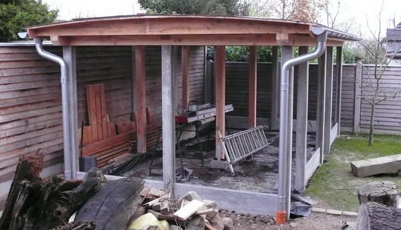 Betonstolper til redskabsskur i en privat have.